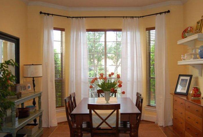 Эркерные окна — оформление в гостиной, спальне и на кухне