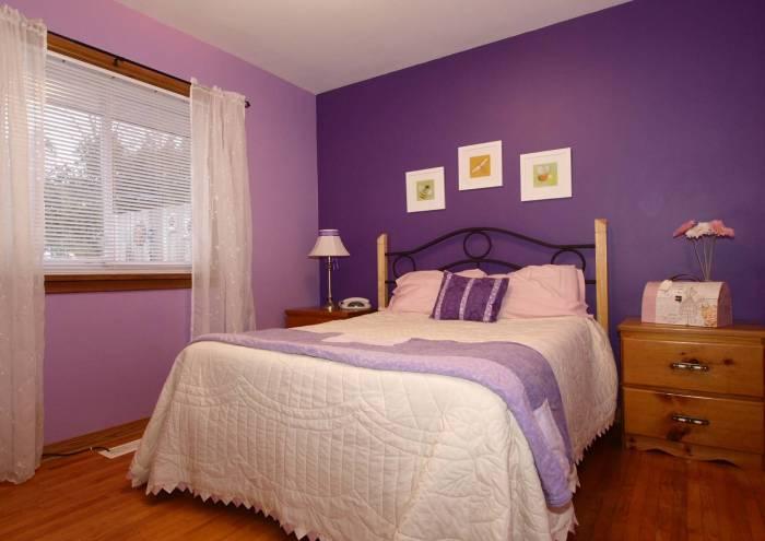 Фиолетовые обои в интерьере комнаты